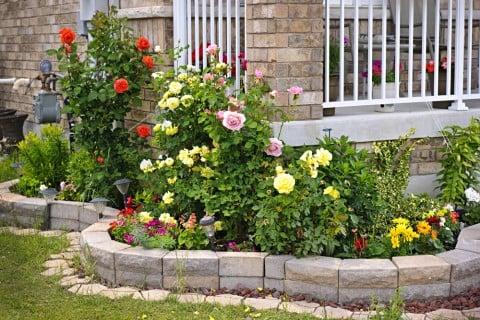 レンガ 積む 花壇 ガーデニング