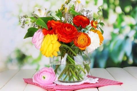花束 花瓶 バラ ラナンキュラス