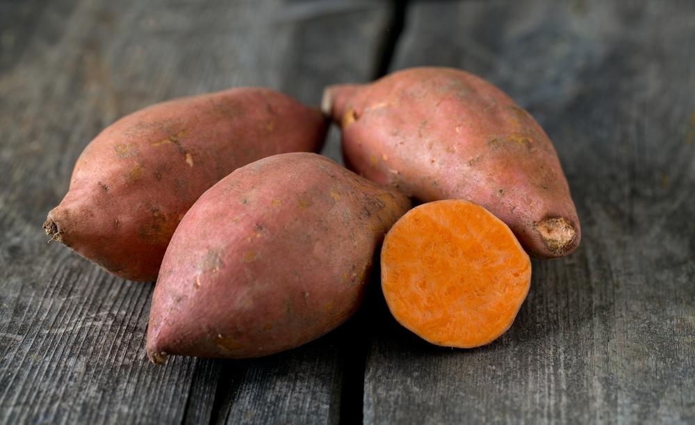 断面がオレンジ色のサツマイモの画像
