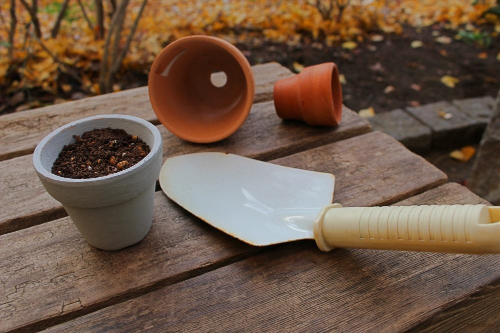 鉢植えと土、スコップの植物の栽培道具たち