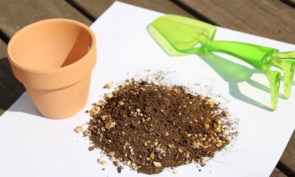 ガーデングに使用する土と鉢とスコップの画像
